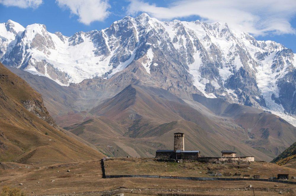 Gruzja - widok na górskie szczyty